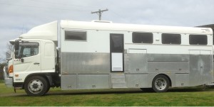 2010 HINO GD1227 6 Horse Truck